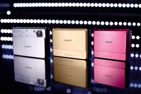 Новото трио Sony Cyber-shot: 3D, приплъзваща панорама и много мегапиксели
