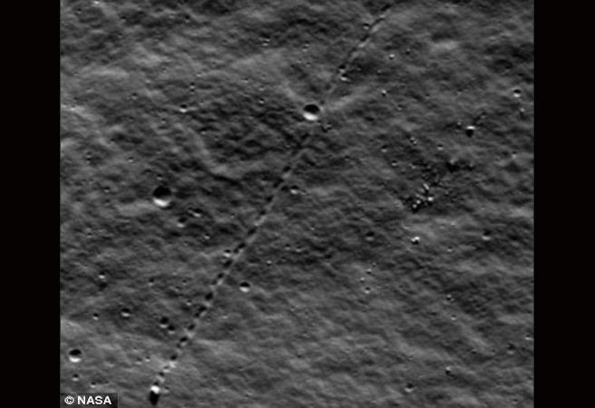 На Луната откриха търкалящ се камък