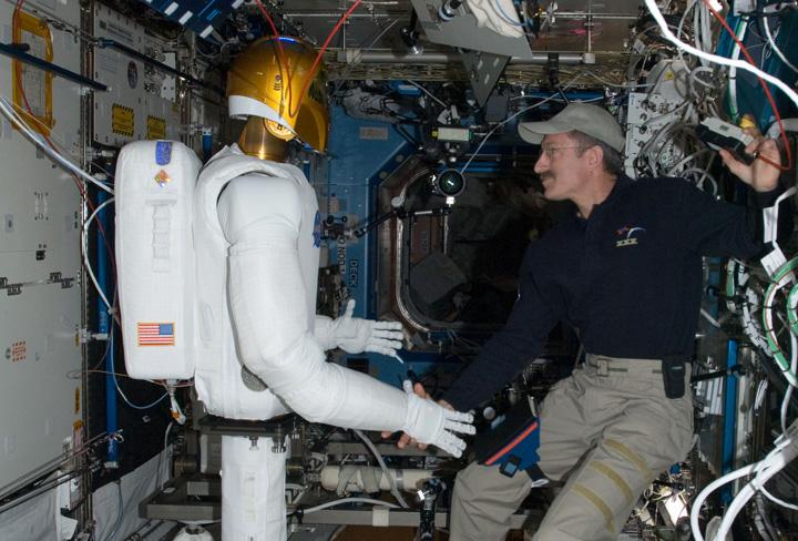Андроидът Robonaut 2 ще помага на астронавтите в космоса