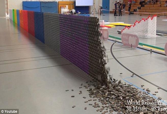 Създадоха най-голямата стена от плочки домино
