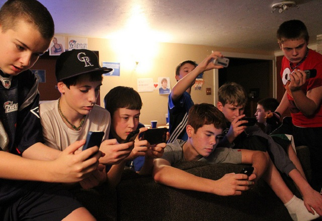 Защо тийнейджърите напускат Facebook и залагат на SMS приложенията?