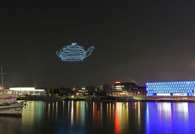 Дронове художници рисуват картини в нощното небе