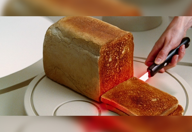 Нож тостер пече хляба, докато го реже