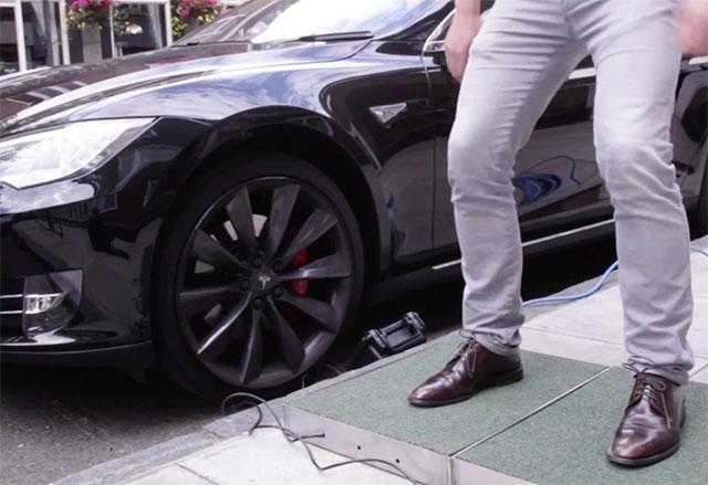 Експеримент зарежда Tesla автомобил със стъпките на пешеходците