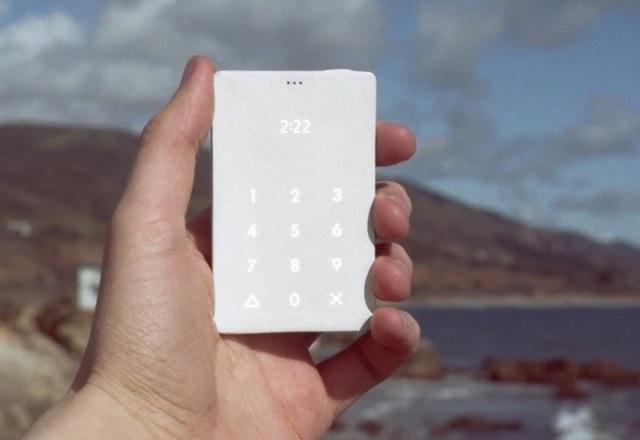 Странният Light Phone без интерфейс излиза в края на месеца
