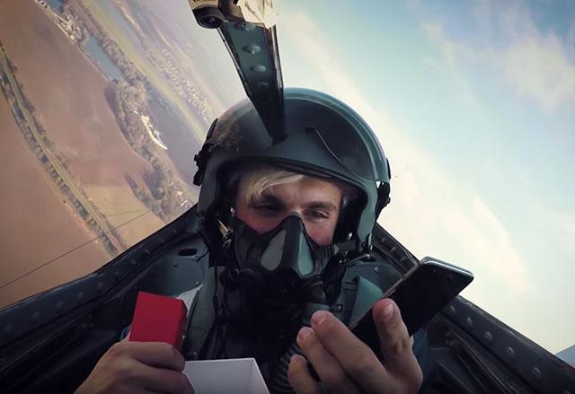 Вижте едно екстремно разопаковане на OnePlus 3T в летящ изтребител