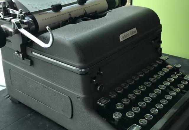 Пишещата машина на Mercedes, която работи сама, е като магия в реалния живот