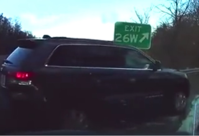 Вижте как автоматичната спирачка на Tesla предотвратява опасен инцидент