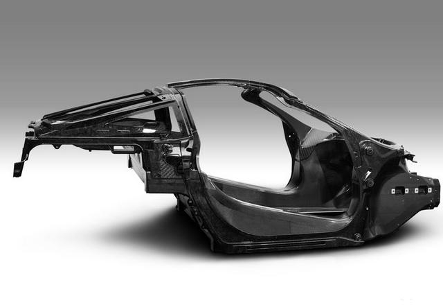 McLaren показа олекотеното шаси на новия си суперавтомобил