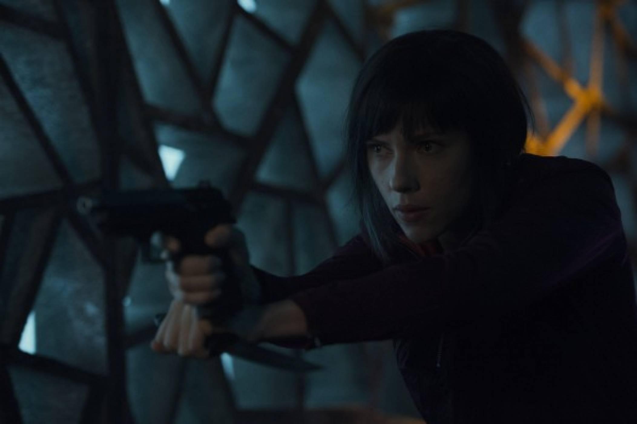 Скарлет Йохансон се бори с гейши роботи в пълен с екшън клип от Ghost in the Shell