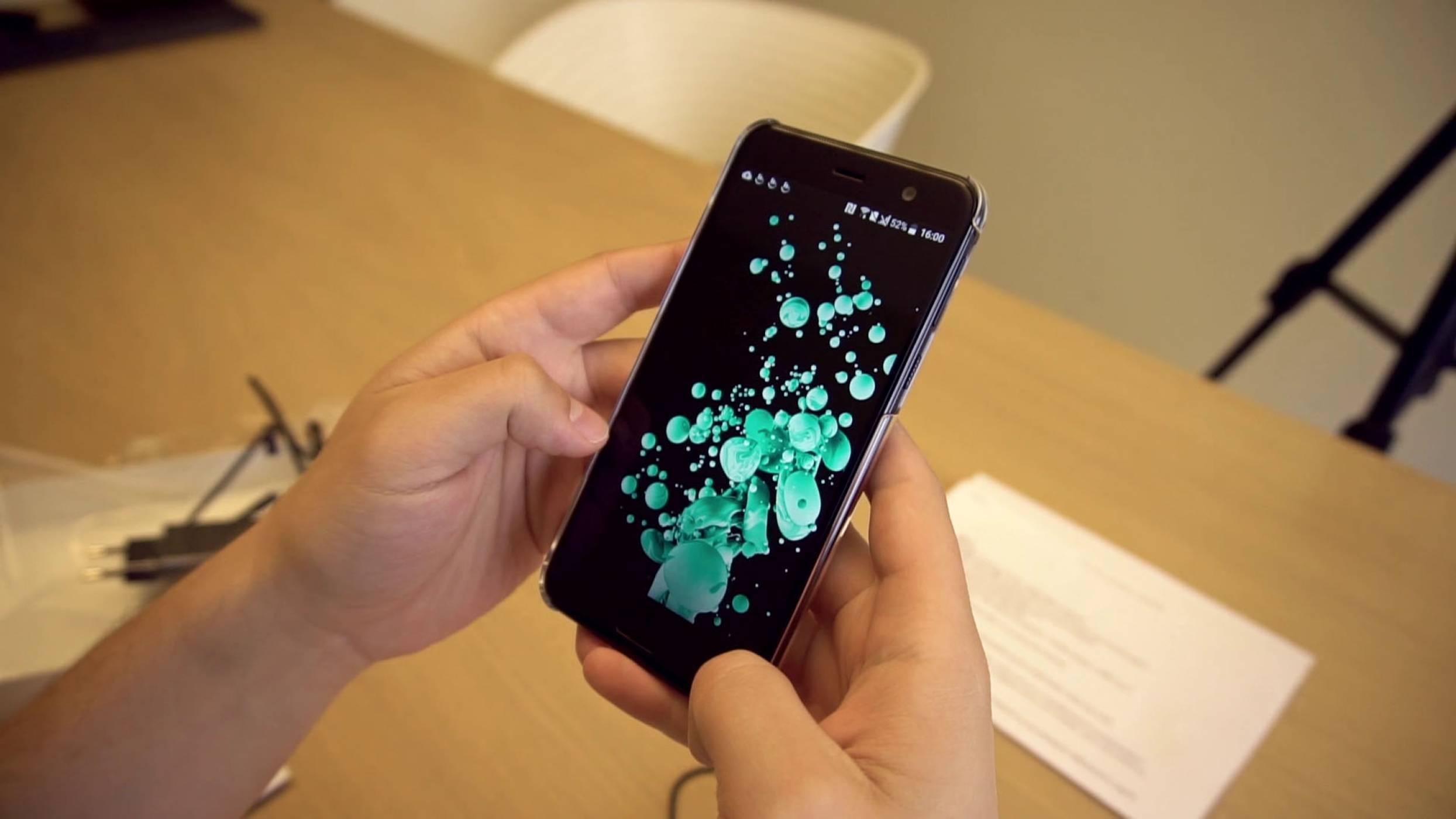 Разопаковаме U Play - малкия красавец на HTC (Видео)