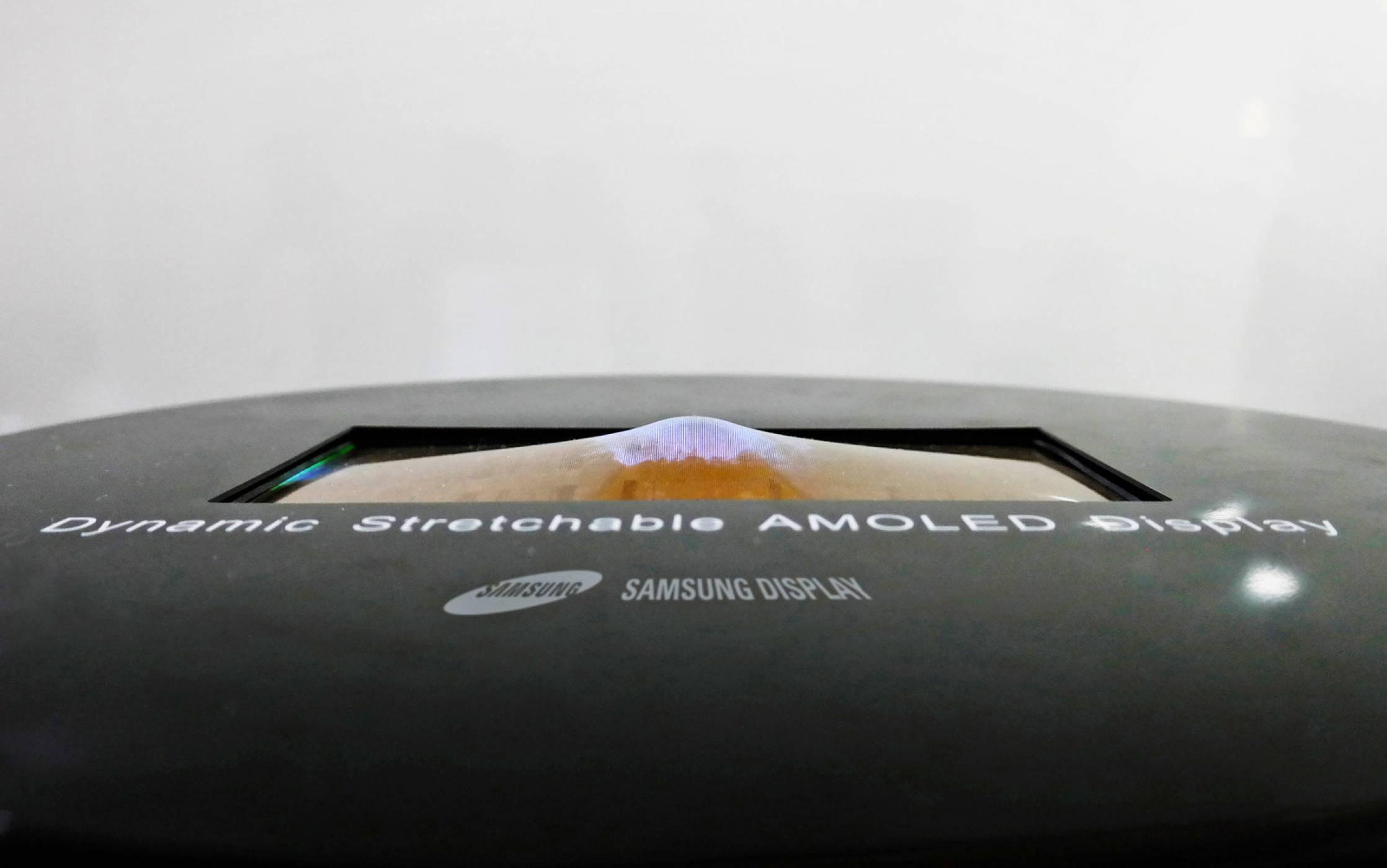 """Вижте как """"живият"""" OLED дисплей на Samsung се огъва без да се счупи"""