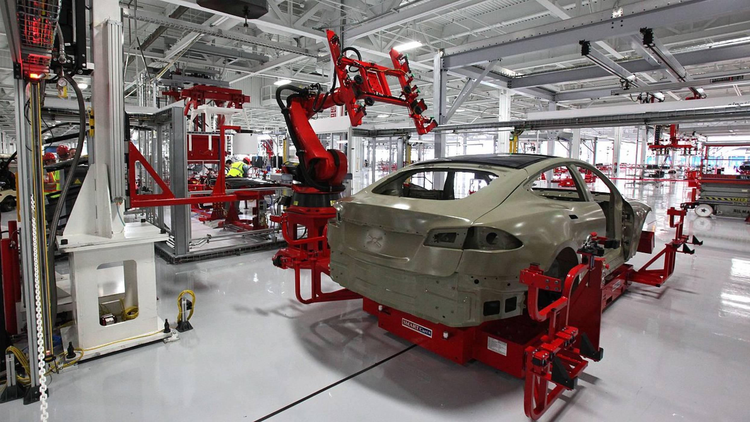 Работниците на Tesla получават 31% повече травми по време на работа