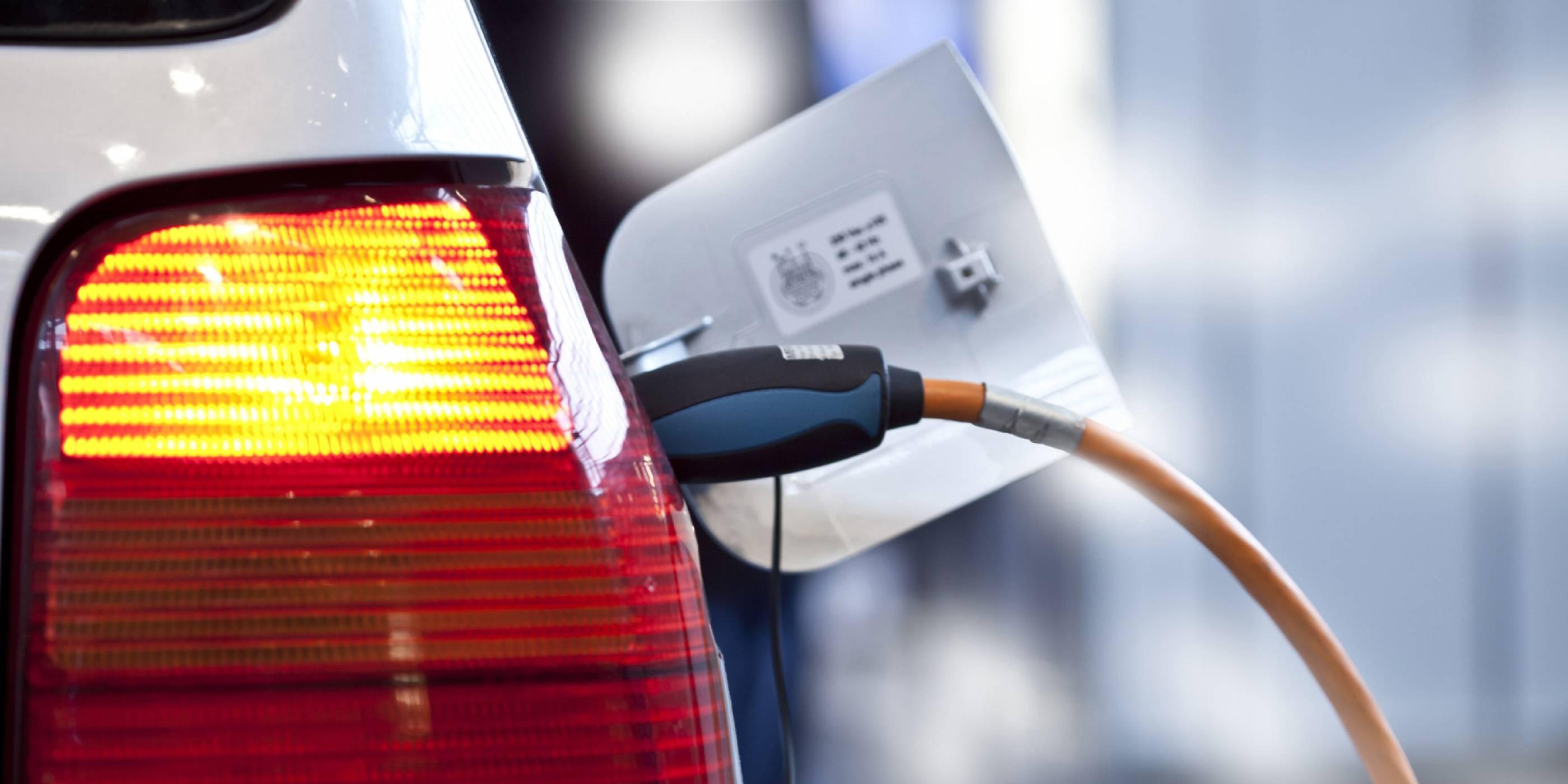Откриха нова технология, която би могла да зарежда електрически коли в движение