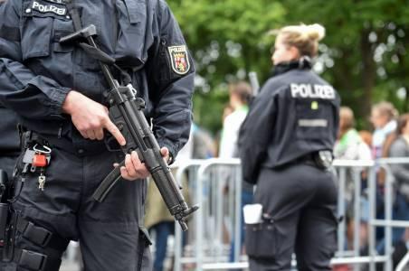 Полицията в Германия нахлу в домовете на хора, използвали реч на омразата онлайн