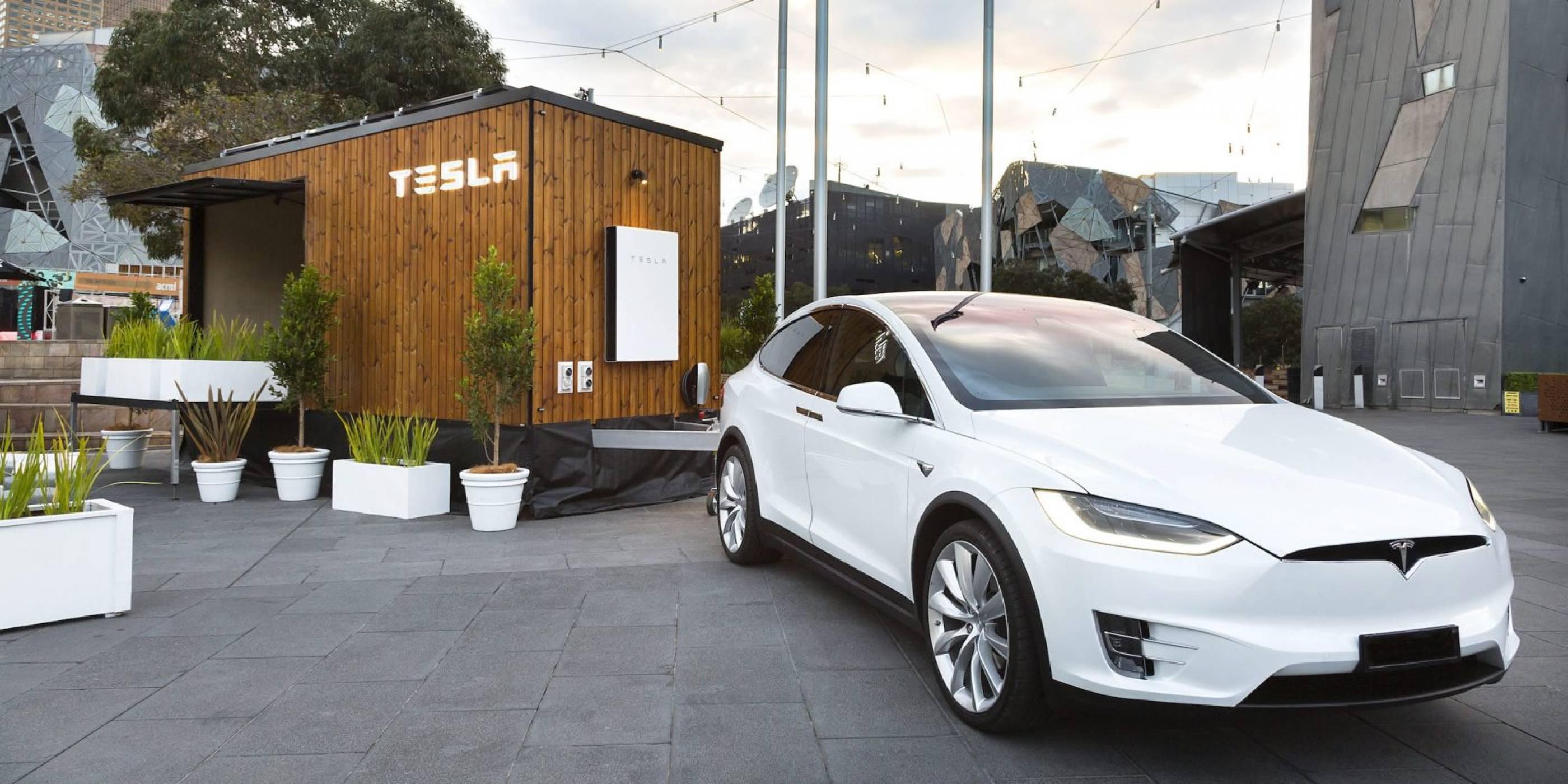 Tesla Tiny House и Tesla Model X заедно на път