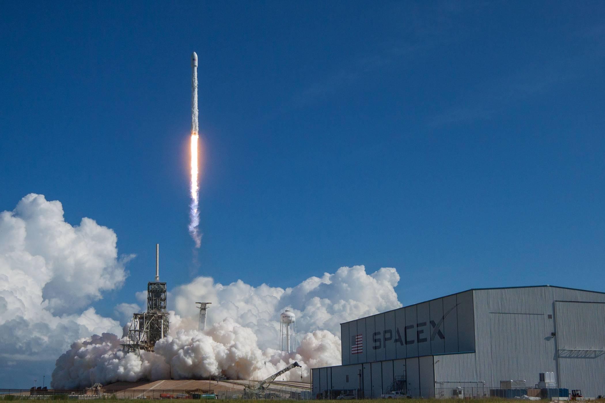 SpaceX изстреля Falcon 9 с мистериозен правителствен товар