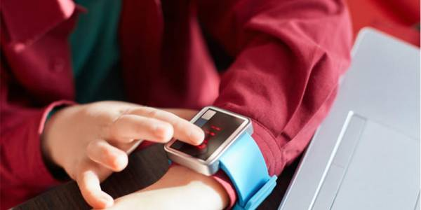 Германия забрани употребата на детски умни часовници
