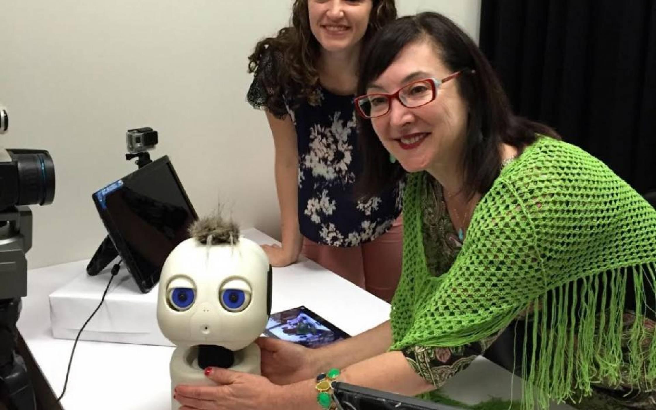 Роботче с големи очи ще учи глухите деца да комуникират