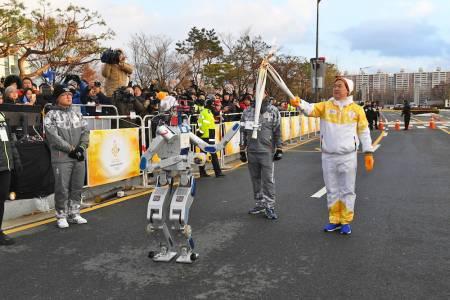 Робот понесе олимпийския огън в Южна Корея