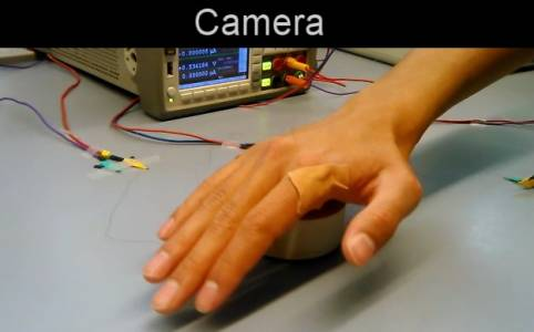 С тази електронна кожа може да манипулирате предмети без да ги докосвате