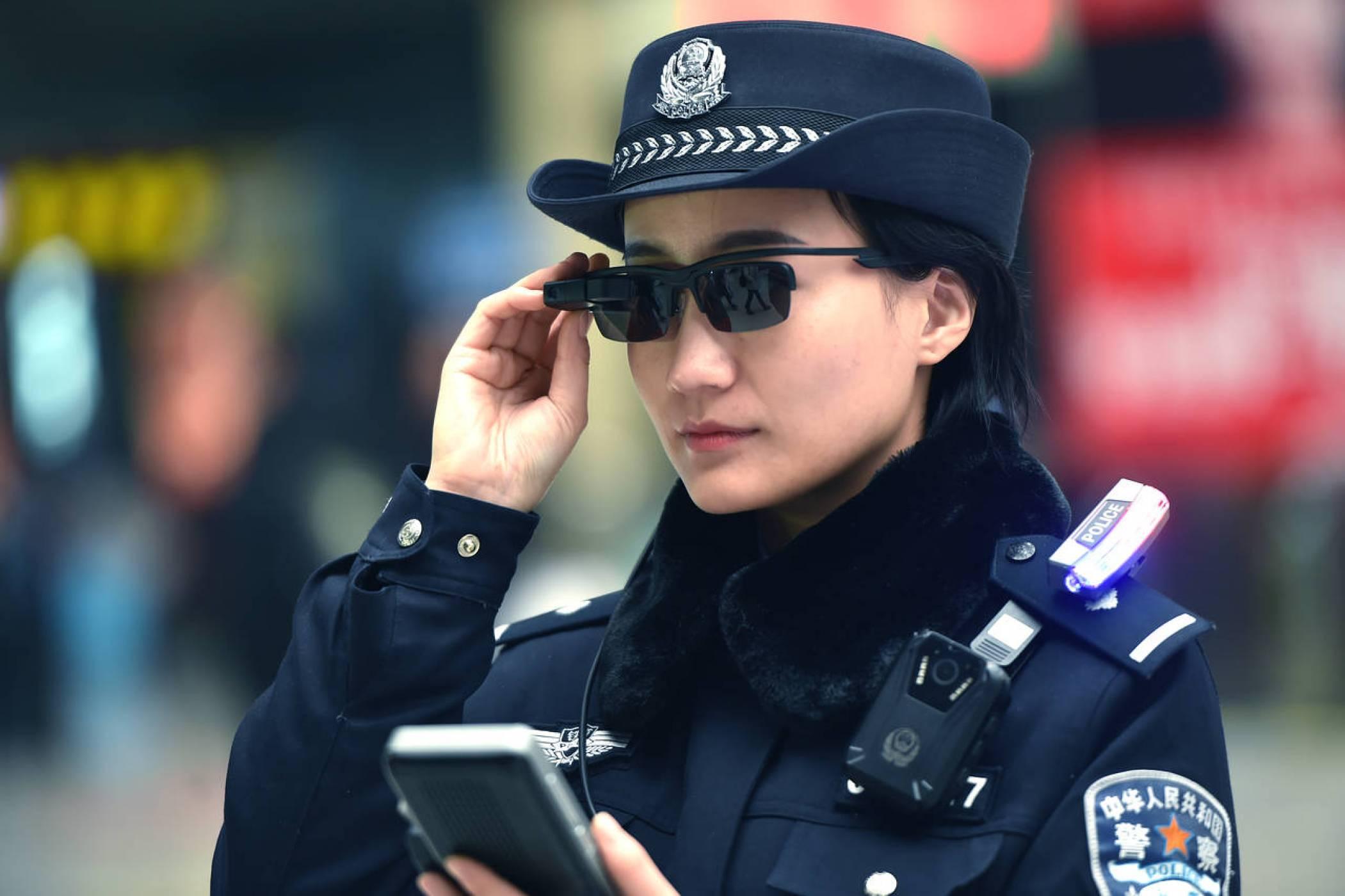 Полицаите в Китай ви разпознават със слънчевите си очила
