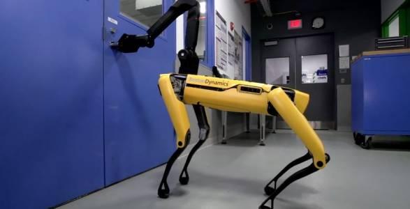 Вижте как нищо не може да спре робота SpotMini да отвори вратата