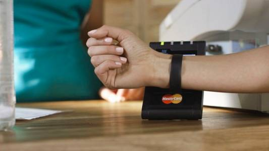 Една трета от българите желаят разплащания с умни аксесоари