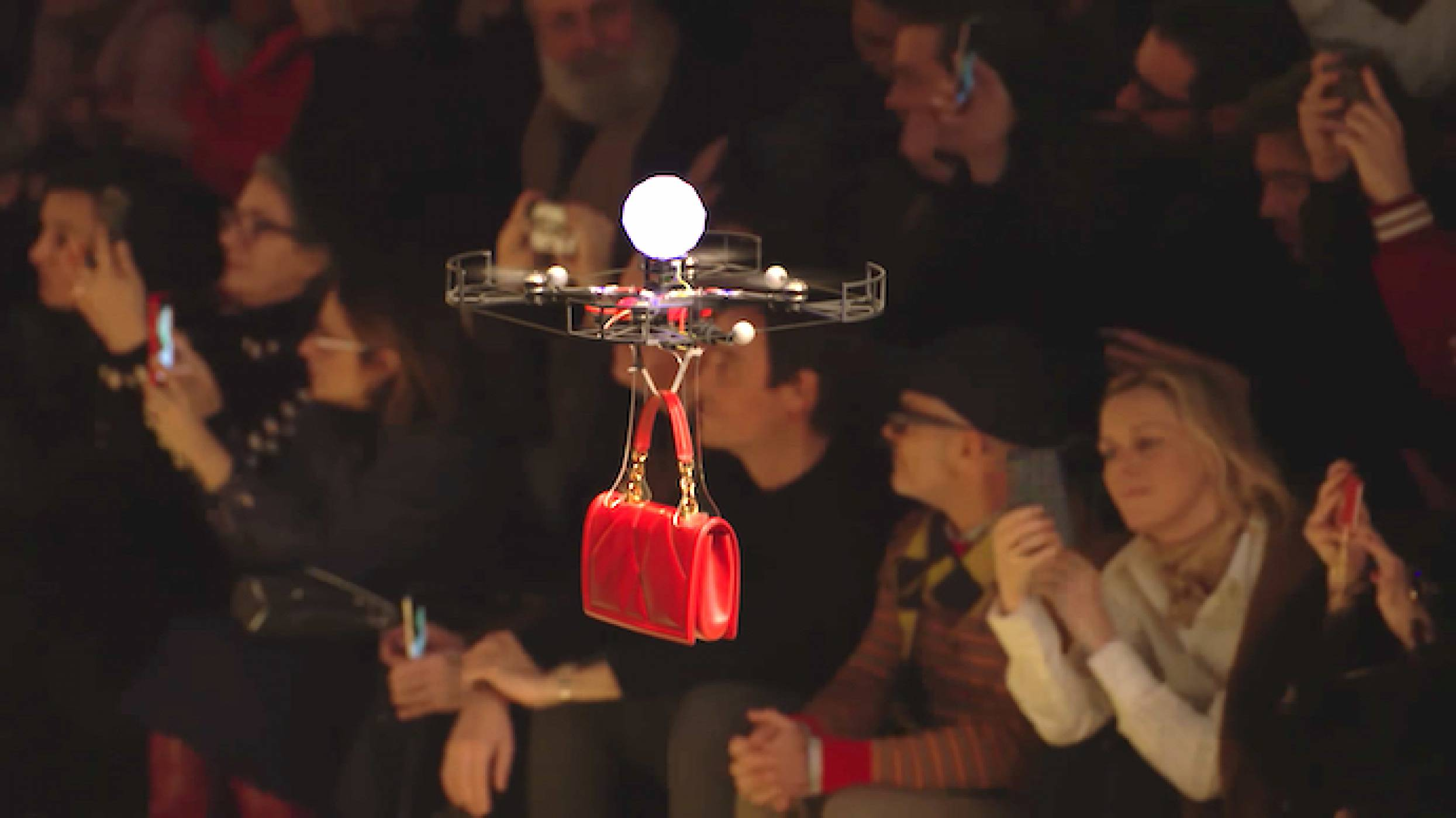 Дронове дефилираха на ревю на Dolce & Gabbana съвместно с модели