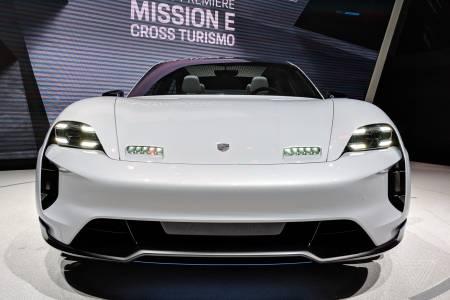 Porsche изненада с електрически кросоувър