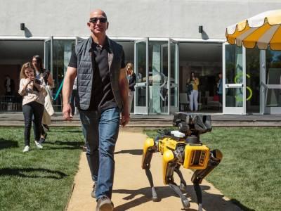 Джеф Безос посети конференция на Amazon придружен от куче робот