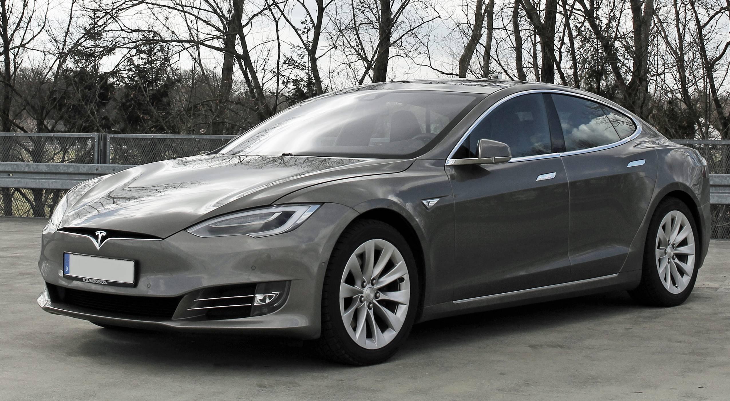 Навигацията в Tesla вече следи трафика в реално време