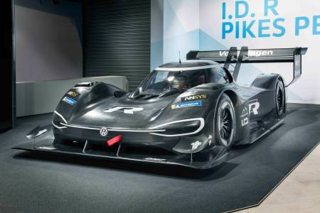 Състезателната кола за Пайкс Пийк на VW ускорява по-бързо от F1 болид