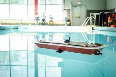 Тези умни лодки сами изграждат мост във водата