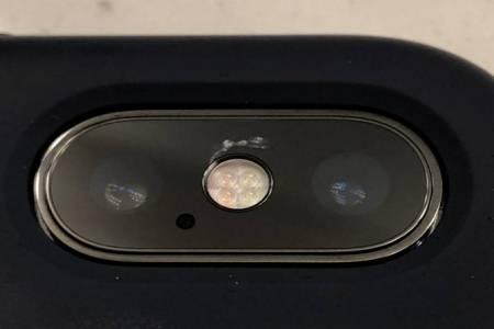Мистериозна пукнатина върху камерата на iPhone X озадачава потребителите