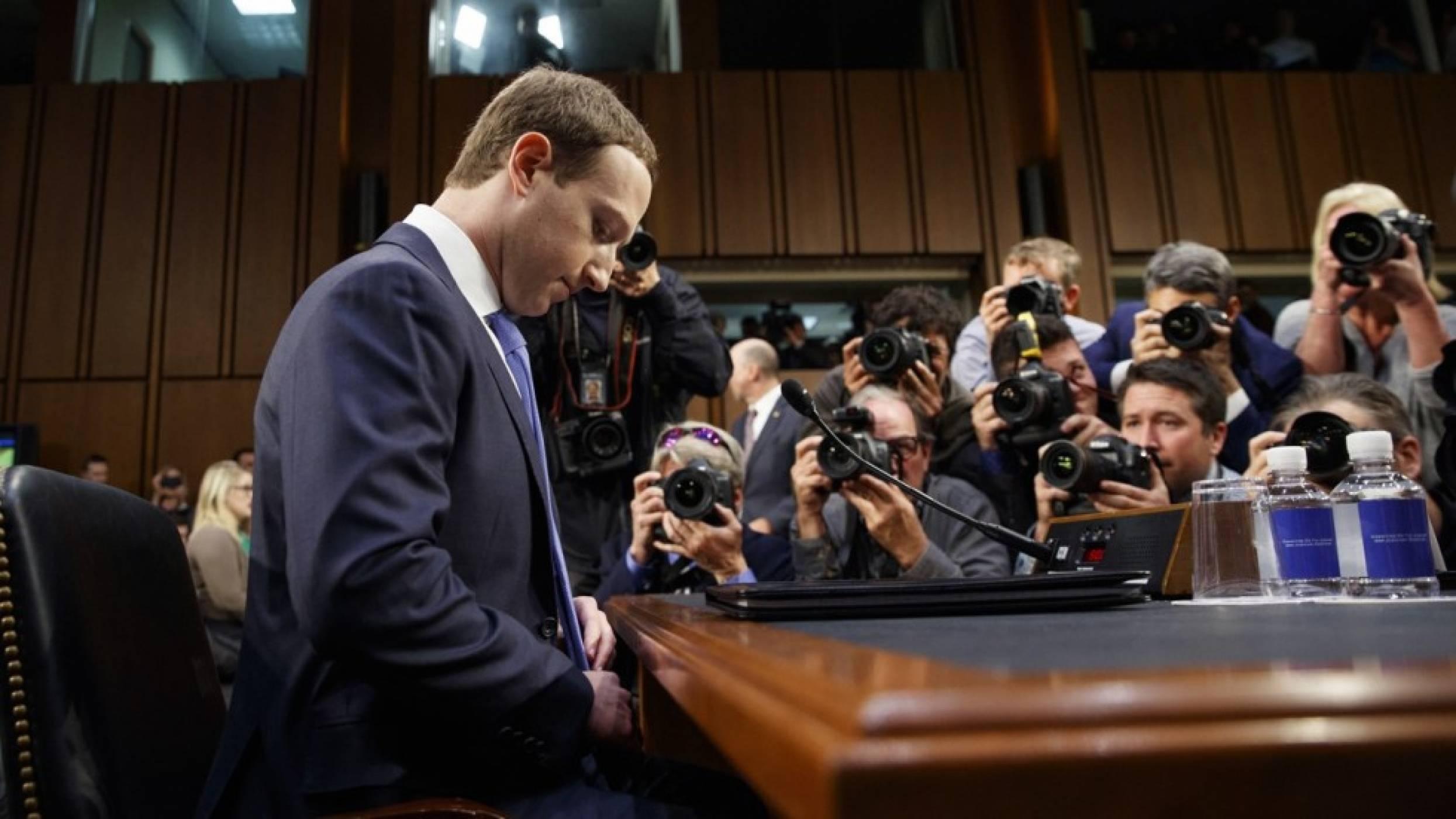 Сенатори искат да знаят как Facebook споделя данни с производители