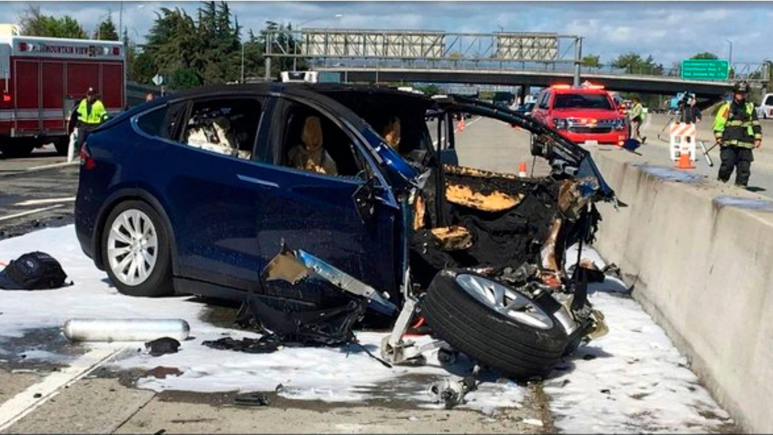 Автопилотът на Tesla Model X е насочил колата към бариерата във фаталния инцидент