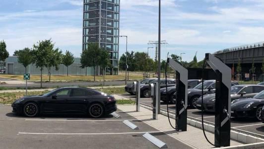Porsche откри първи публичен паркинг за зареждане на е-коли