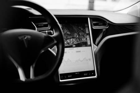 Араби помагат на Мъск да си върне контрола върху Tesla
