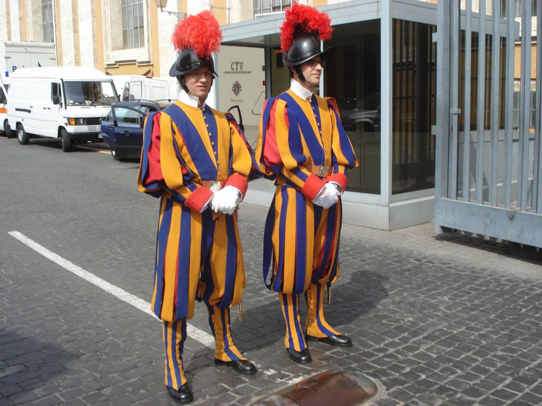 И гвардейците на папата минаха на 3D принтирани шлемове