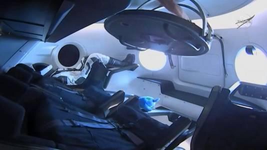 Капсулата на SpaceX направи историческо скачване с МКС