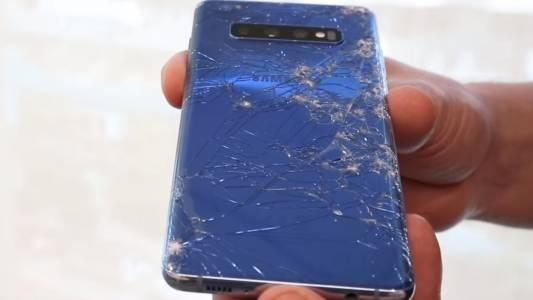 Кой е по-корав - Samsung Galaxy S10 или iPhone XS Max? Резултатите са чупливи  (ВИДЕО)