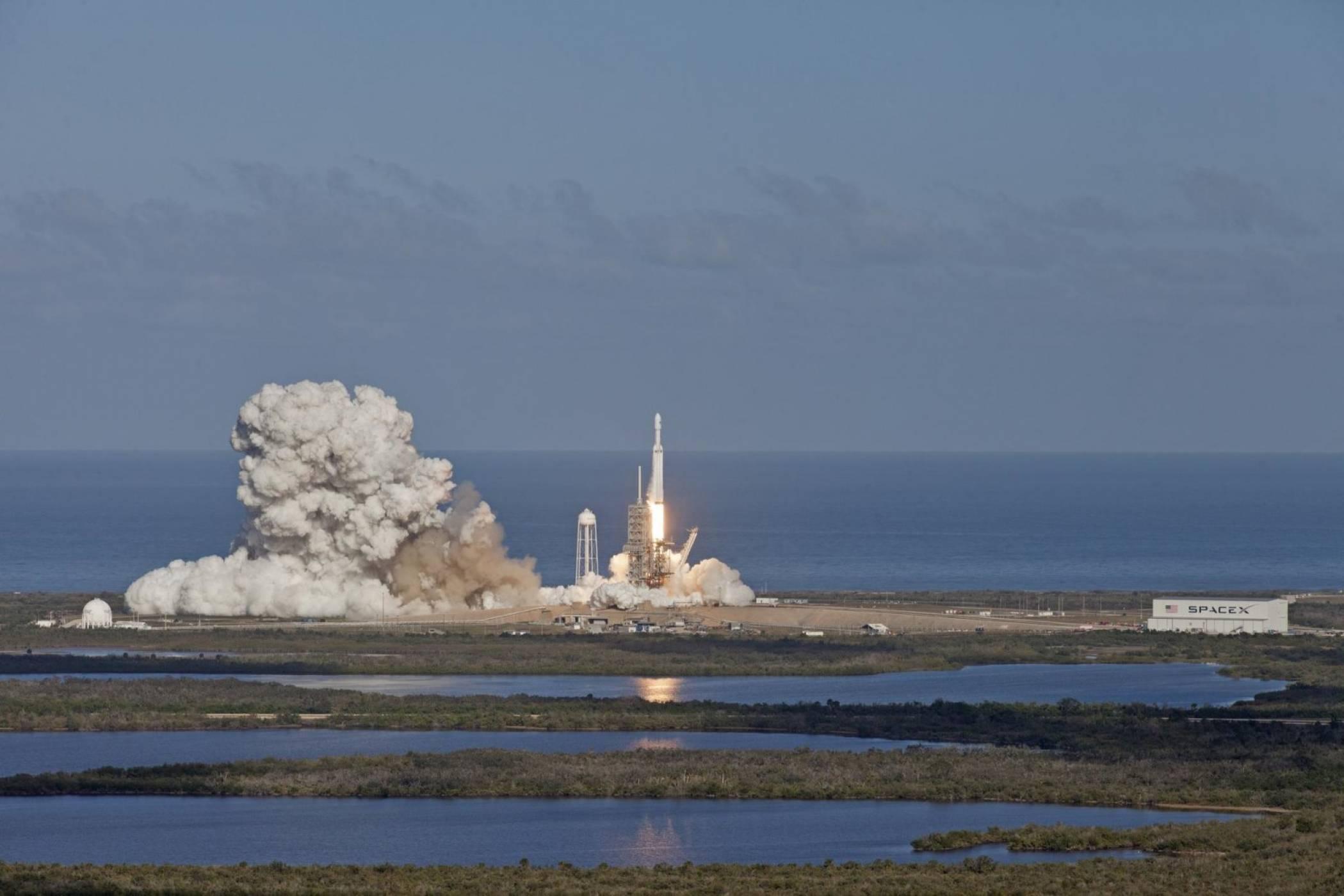 NASA може да ползва частни ракети за мисията си до Луната