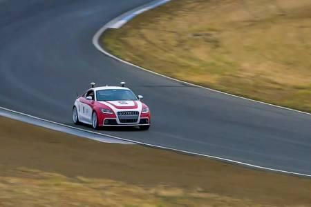 Вижте как кола без водач взима убийствени завои на пистата (ВИДЕО)