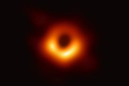 Вгледайте се в зеещата бездна на първата заснета черна дупка (ВИДЕО)