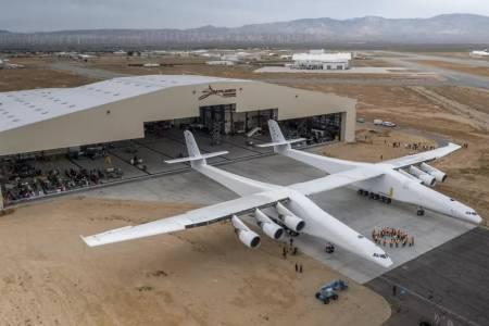 Stratolaunch: най-големият самолет в света полетя за пръв път (ВИДЕО)