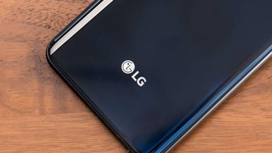 Панаир на суетата: LG патентова смартфон с три селфи камери