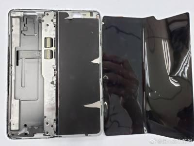 Galaxy Fold отвътре. Как изглежда магията на Samsung? (СНИМКИ)