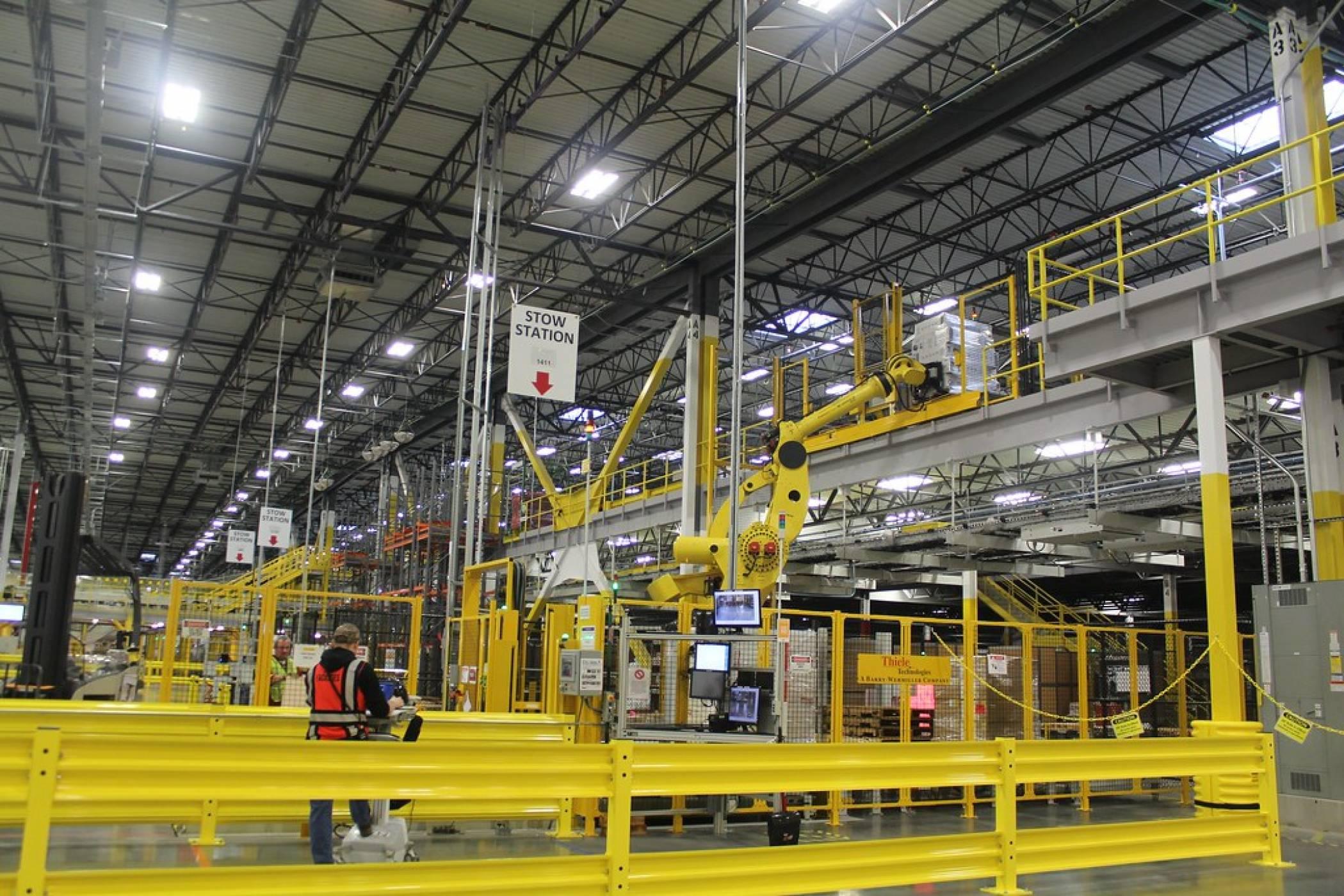 Роботите в складовете на Amazon няма да изместят хората поне още десетилетие