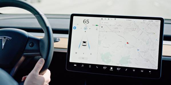 Софтуерът на Tesla е на светлинни години пред конкурентите, че чак е плашещо (ВИДЕО)